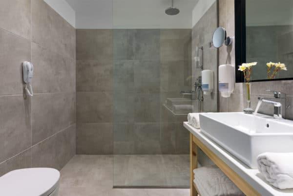 Premium_Guest_Room_Bathroom-1